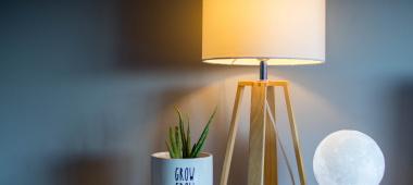 Lampy biurkowe – na co zwracać uwagę przy zakupie