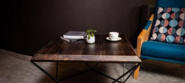 Lampy z elementami drewna – do jakiego typu wnętrz pasują najbardziej?