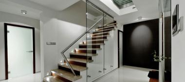Oświetlenie schodowe – dlaczego warto uwzględnić je w projekcie?