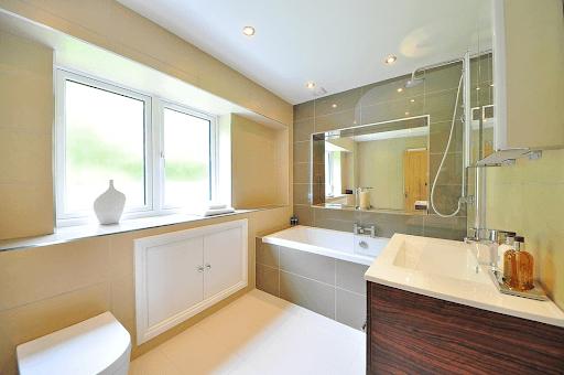 Jak dobrać oświetlenie do małej łazienki?