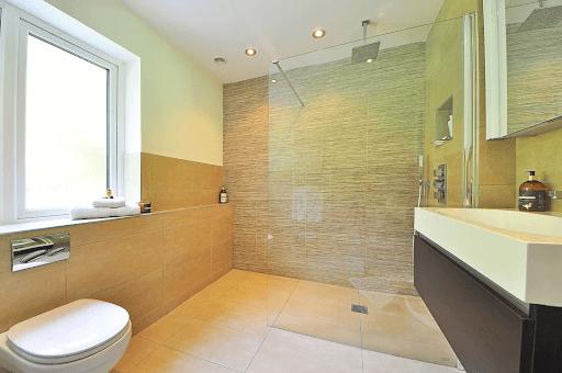 oświetlenie nad kabiną prysznicową