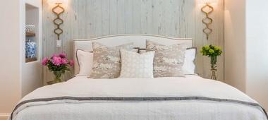 Kinkiety do sypialni – alternatywa wobec oświetlenia sufitowego